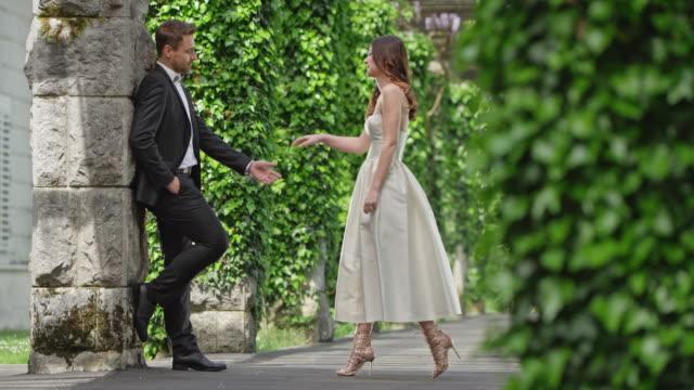 vídeos y material grabado en eventos de stock de slo mo ds novia y el novio besándose en un pasillo hermoso - novio relación humana