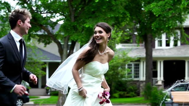 vídeos de stock, filmes e b-roll de o noivo e a noiva no dia do casamento - bride