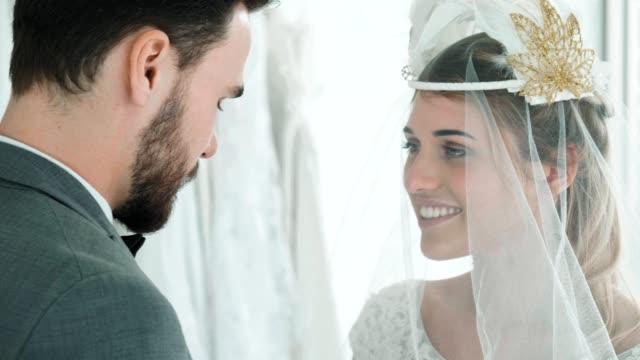 vídeos de stock, filmes e b-roll de noiva e noivo - bride