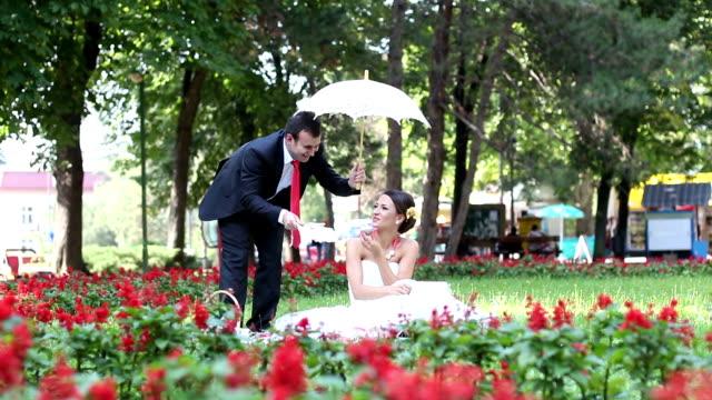 vidéos et rushes de le marié et la mariée - composition florale