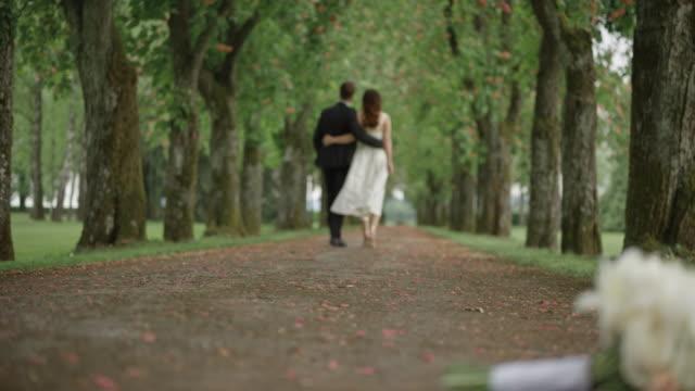 SLO-MO-Braut und Bräutigam eine Allee hinunter