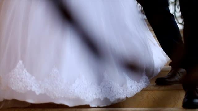 vídeos y material grabado en eventos de stock de novia y novio caminando por las escaleras - novio relación humana