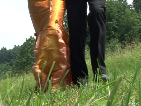 pal: braut und bräutigam zu fuß - gemeinsam gehen stock-videos und b-roll-filmmaterial