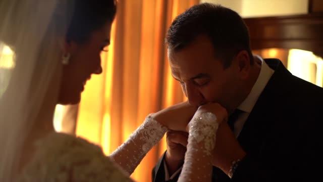 vídeos de stock, filmes e b-roll de noiva e seu pai em momentos do afeto antes da cerimónia de casamento - bride