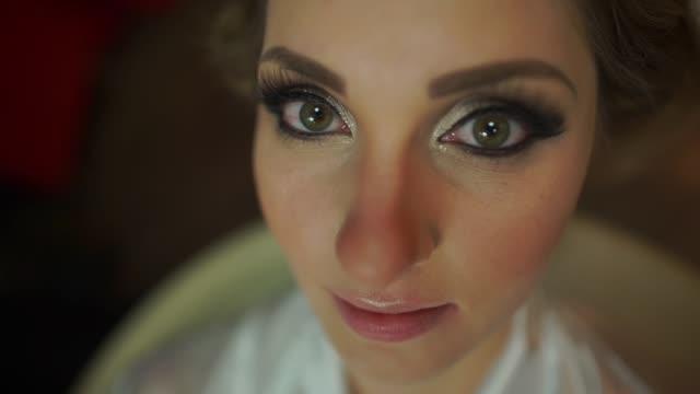 vídeos de stock, filmes e b-roll de noiva sendo feita para seu casamento - maquiagem