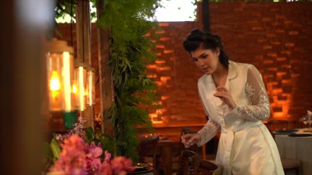 vídeos de stock, filmes e b-roll de noiva que verific acima dos últimos detalhes antes da cerimónia de casamento - buffet refeições