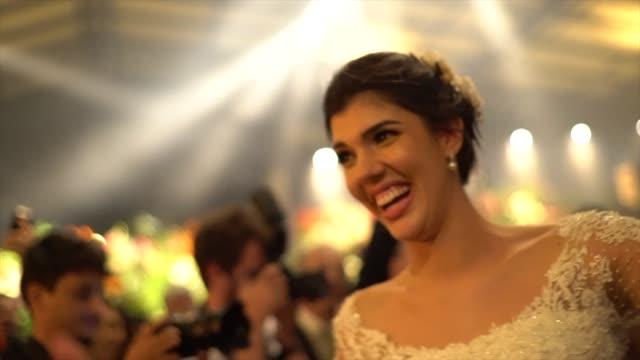 vídeos de stock, filmes e b-roll de dança da noiva durante o partido de casamento - dama de honra
