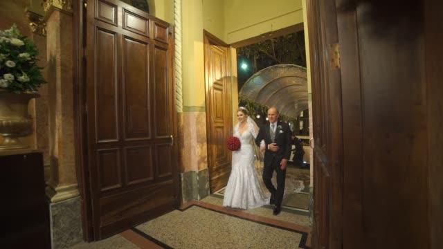 vídeos de stock, filmes e b-roll de noiva entrando na igreja com seu pai - bride