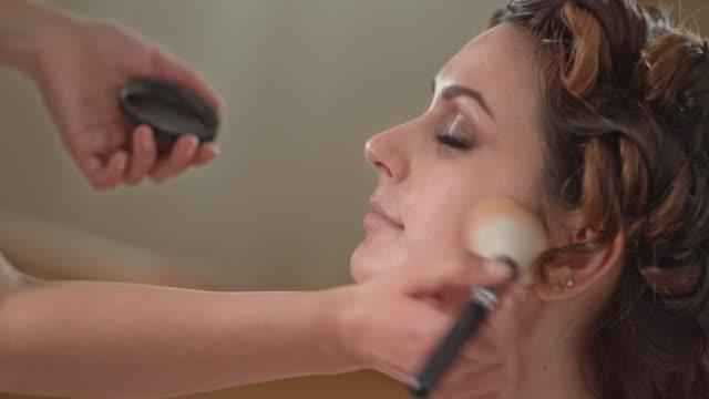 vidéos et rushes de tu mariée obtenir son maquillage faite par un professionnel - pinceau à blush