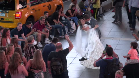 vídeos y material grabado en eventos de stock de bride & groom pose for pictures in duffy square times square / times square, midtown manhattan, broadway and seventh avenue, 7th avenue, new york... - 7th avenue
