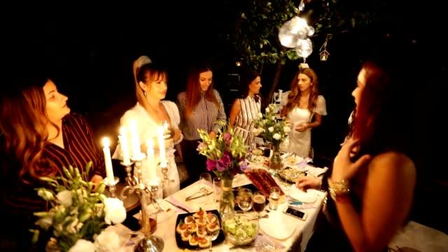 vídeos y material grabado en eventos de stock de novia divirtiéndose en su despedida de soltera - despedida de soltera