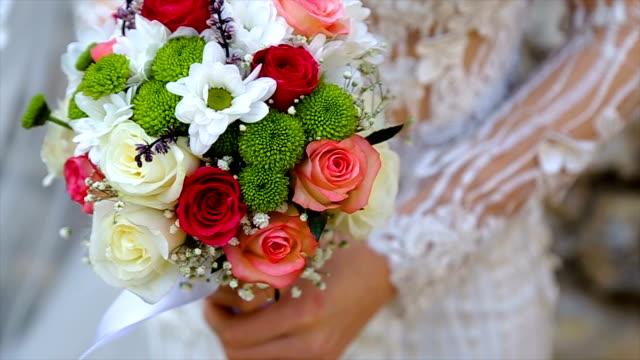 vídeos y material grabado en eventos de stock de novia con un ramo de novia - manojo