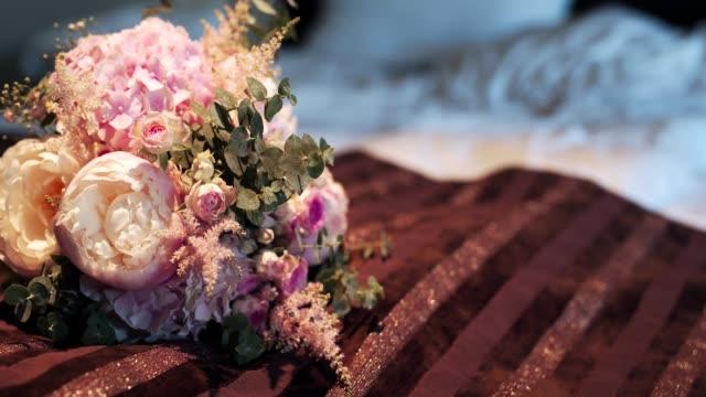 CLOSE UP PANNING selektiven Fokus Braut hält bunten Strauß