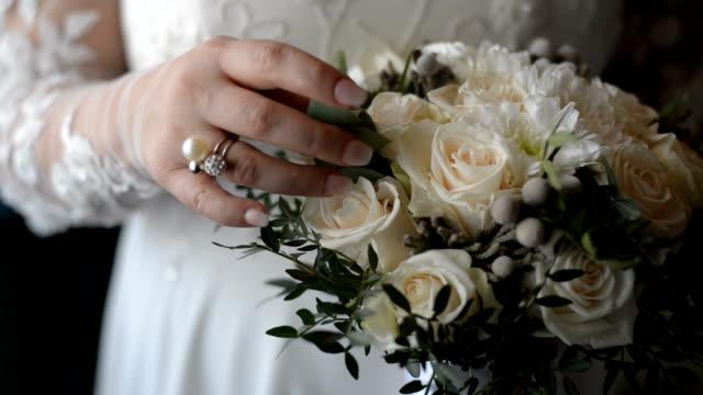 stockvideo's en b-roll-footage met bruid die bloemboeket houdt - bedektzadigen