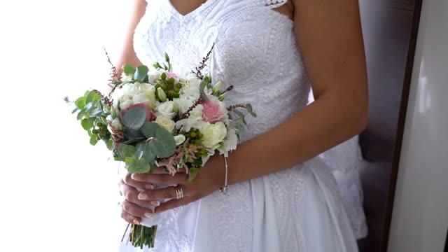 stockvideo's en b-roll-footage met bruid die het boeket van de lentetijd houdt - bedektzadigen