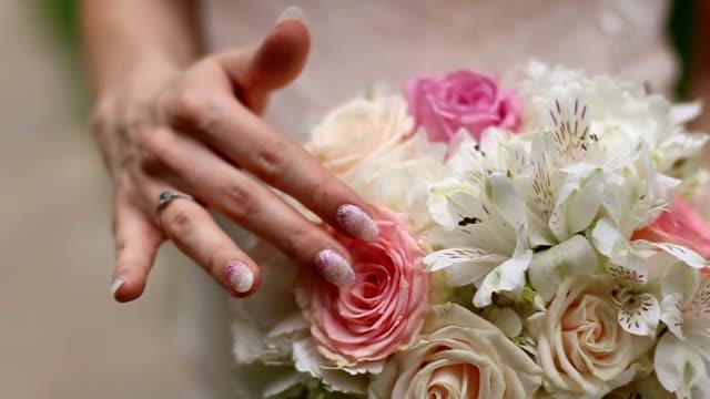 Braut halten Blumenstrauß stilvolle Hochzeit