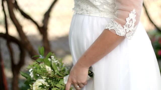 eine braut in einem schönen weißen hochzeitskleid - weißes kleid stock-videos und b-roll-filmmaterial