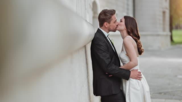vidéos et rushes de slo mo ds mariée embrassant son fiancé - smoking