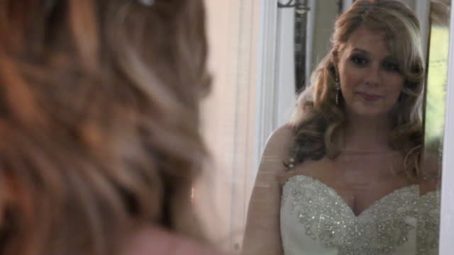 bride looking in mirror - film filmtechnik stock-videos und b-roll-filmmaterial