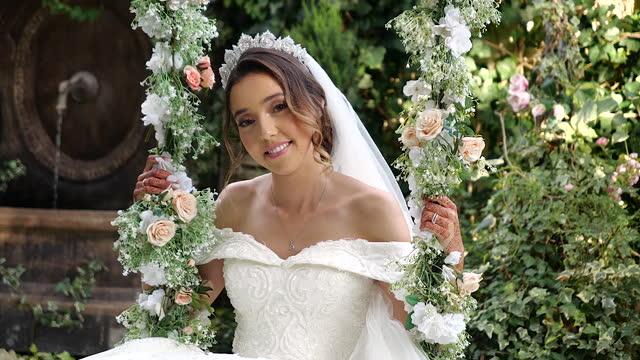 vídeos de stock e filmes b-roll de bride swinging surrounded by roses - vestido branco