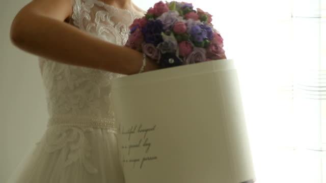 vídeos y material grabado en eventos de stock de novia saca a su biedermeier de la caja - pendiente