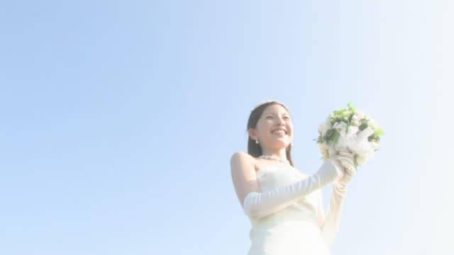 bride throwing wedding bouquet - bouquet video stock e b–roll