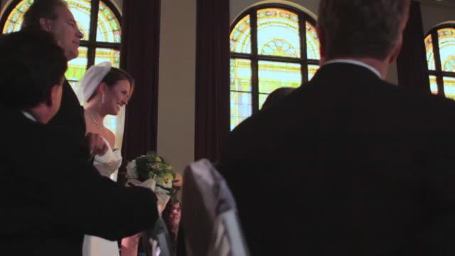 vídeos de stock e filmes b-roll de ts, bride walks down aisle with father - pai da noiva