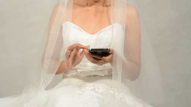 Braut mit Smartphone