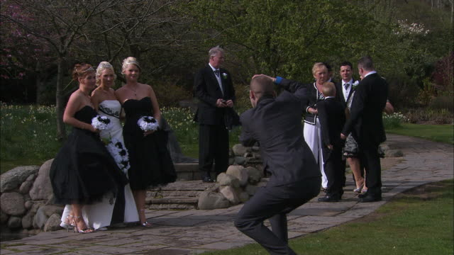 vidéos et rushes de bride/bridesmaids being photographed in park, northern ireland - photographe