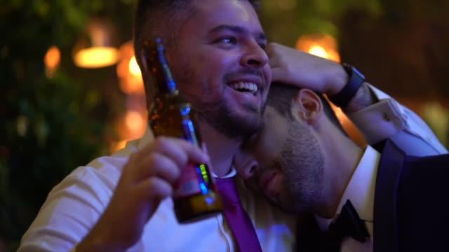 vídeos de stock, filmes e b-roll de noivo que abraça o convidado do casamento - enjoyment