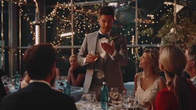 vídeos de stock e filmes b-roll de bridegroom giving speech to guests at reception - discurso