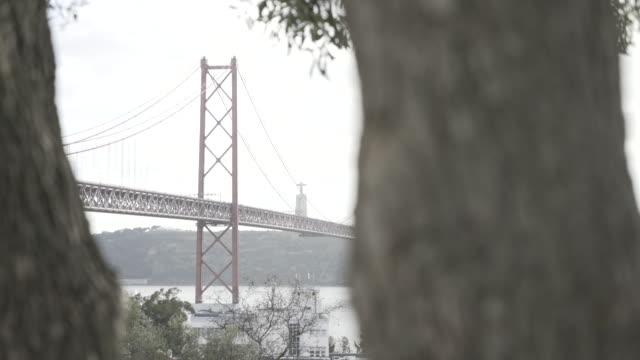リスボンのテージョ川を 4 月 25 日に橋します。 - 4月25日橋点の映像素材/bロール