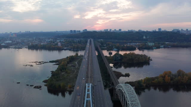 bridge across the dnieper river. kiev, ukraine - キエフ市点の映像素材/bロール