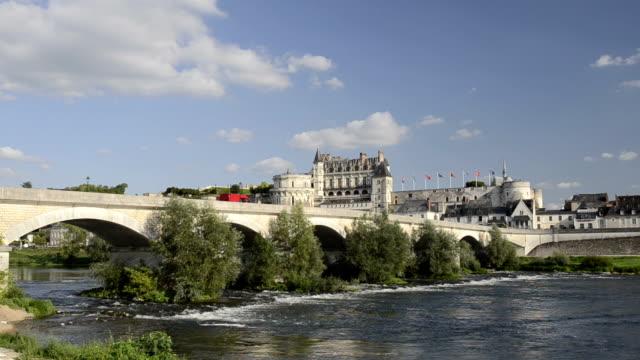 vidéos et rushes de bridge and castle of amboise along the loire river - château