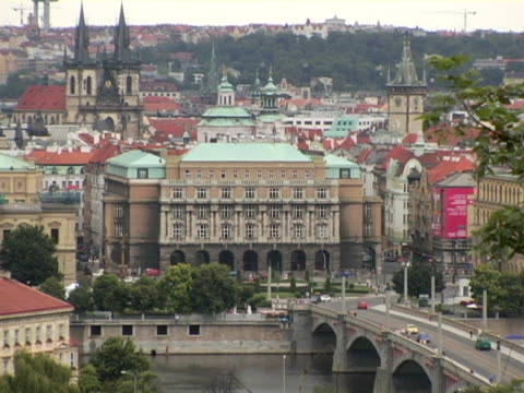 vídeos de stock, filmes e b-roll de ws, ha, bridge and ornate buildings, church of our lady of tyn in background, prague, czech republic - stare mesto