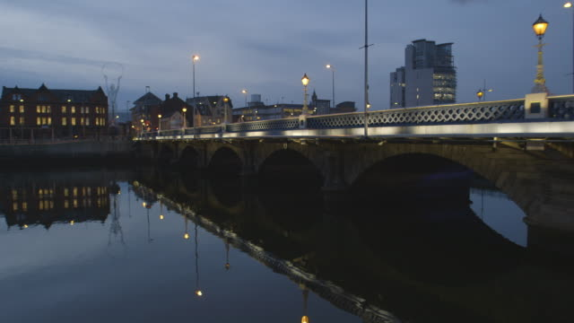 vídeos de stock e filmes b-roll de bridge and river in city setting - belfast
