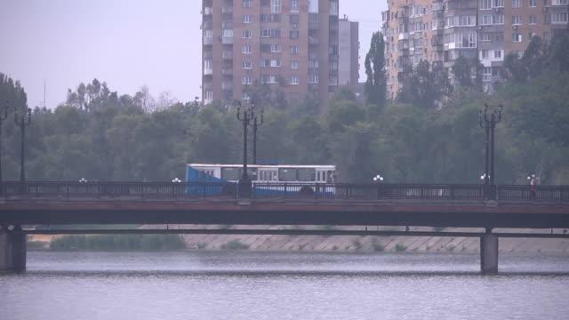 cu bridge bluewhite trolley bus - trolleybus stock-videos und b-roll-filmmaterial