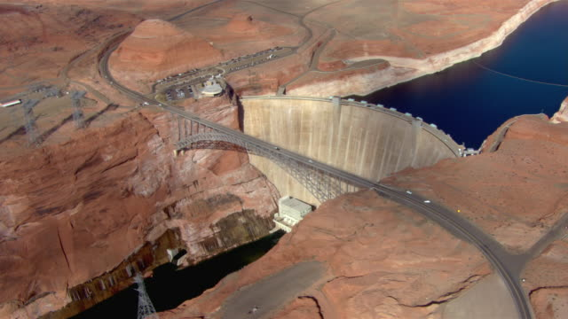 a bridge connects the two sides of glen canyon dam in page, arizona. - glen canyon staudamm stock-videos und b-roll-filmmaterial