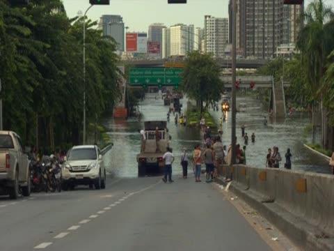 vidéos et rushes de bridge in bangkok is submerged by flood waters - bangkok