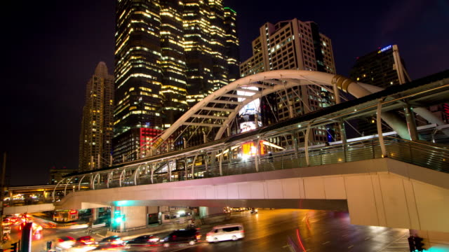 Ponte collegamento tra arancio e trasporto a BTS di di Chong Nonsi dal crepuscolo alla notte, time-lapse