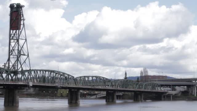vídeos de stock e filmes b-roll de bridge, moving water/cars  - rio willamete
