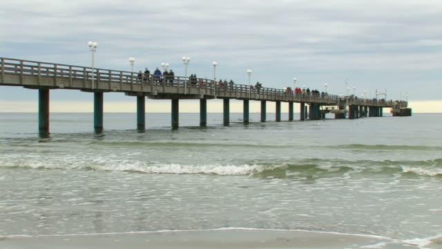 bridge near the beach + audio - angöringsbrygga bildbanksvideor och videomaterial från bakom kulisserna