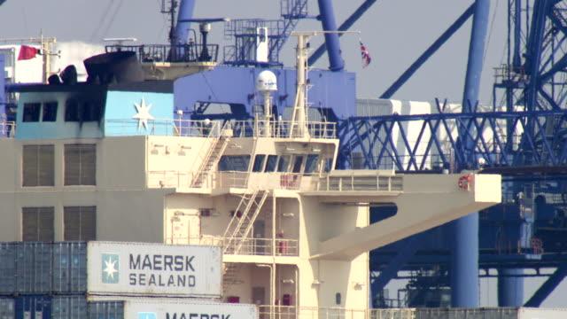 vídeos y material grabado en eventos de stock de ms bridge of containership seen through heathaze port / felixstowe, suffolk, united kingdom - export palabra en inglés
