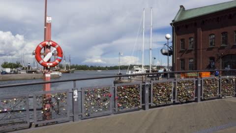 vídeos y material grabado en eventos de stock de bridge of love - helsinki, finland - equipo de seguridad