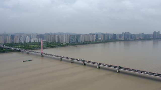 vídeos de stock, filmes e b-roll de ponte no rio qiantang - baía