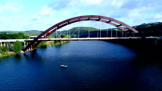 Puente de 360 o Pennybacker Bridge vista sobre aguas de Texas azul copia de seguridad