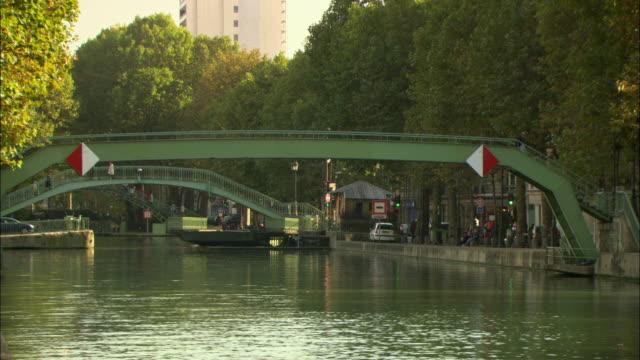 vidéos et rushes de ws bridge over canal saint-martin / paris, france - canal eau vive