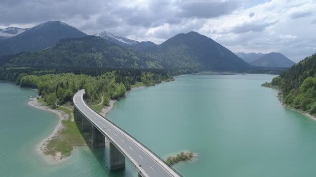 vidéos et rushes de bridge over mountain lake reservoir, sylvenstein, bavaria, germany - bavière