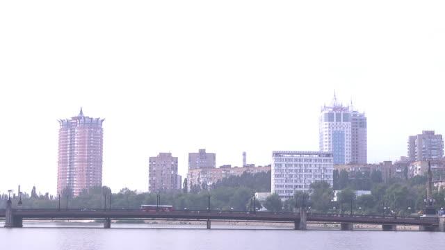 vidéos et rushes de ws bridge over river kalmius - ukraine
