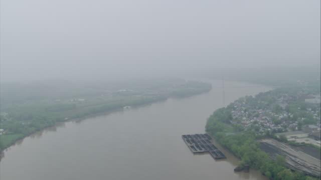 vidéos et rushes de ws aerial pov bridge over river / unspecified - rivière ohio